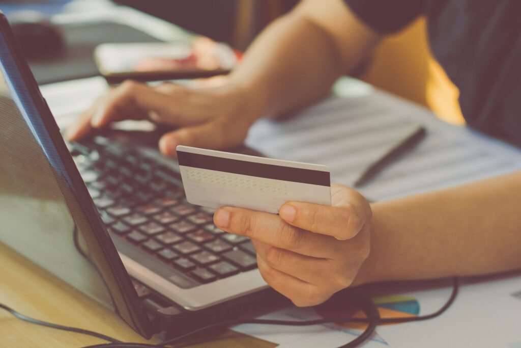 WHAT ARE PEOPLE'S FEAR WHEN BUYING AT AN ONLINE STORE?